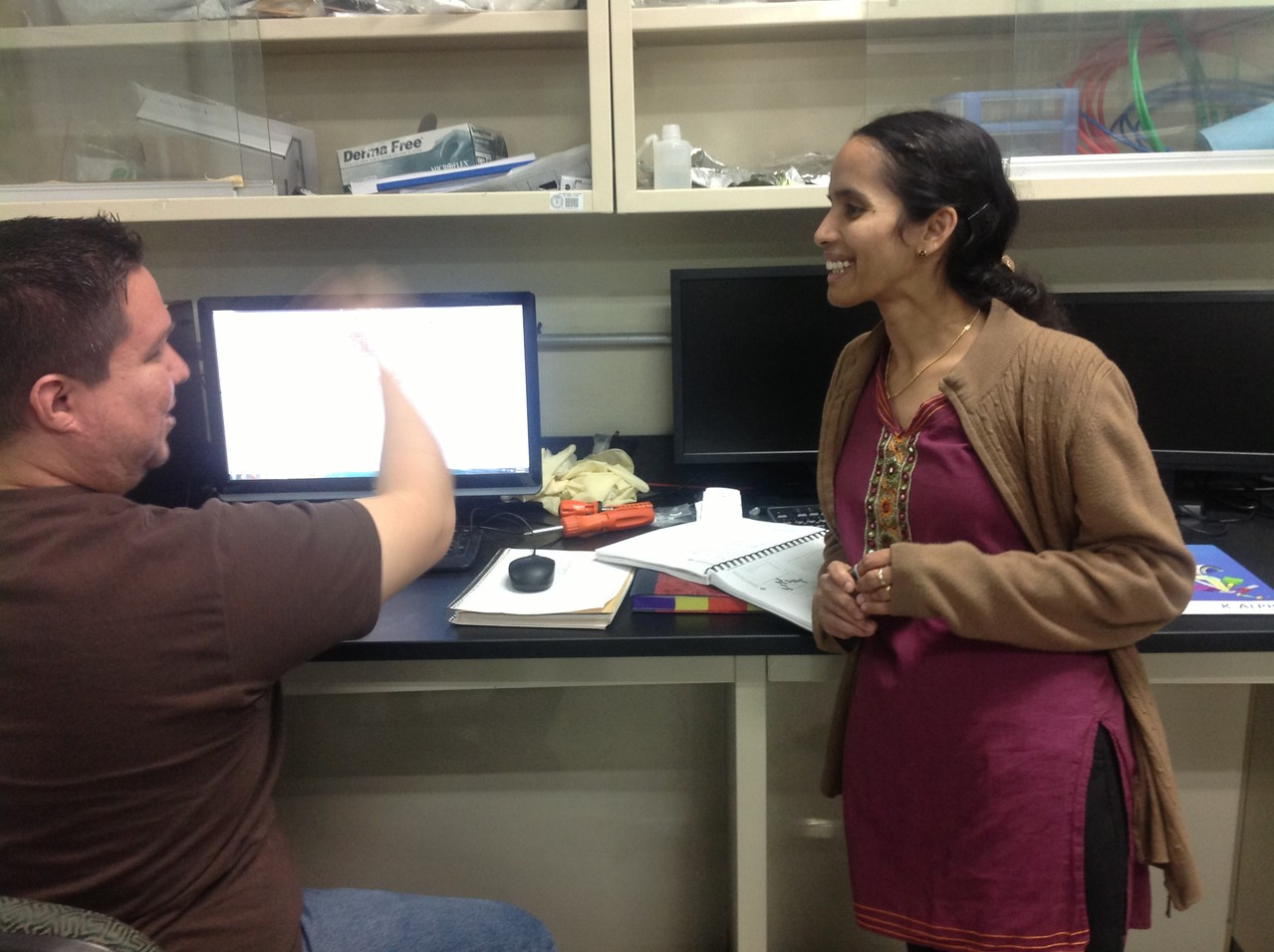 Prof. B. Krishnan in discussion with her student. Laboratory FIME UANL