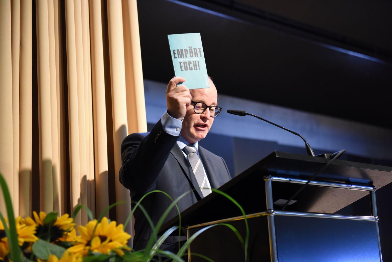 Empört euch! rät Martin Bisig, Rektor der Kantonsschule Willisau, den Maturandinnen und Maturanden. Bild: Stefan Tolusso