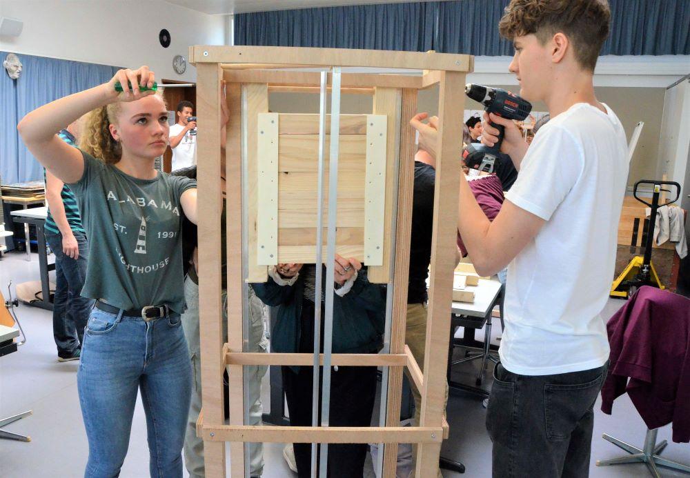 Schülerin und Schüler bauen ein Lift am TecDay auf.  Bild: Kantonsschule Alpenquai/Benno Bühlmann