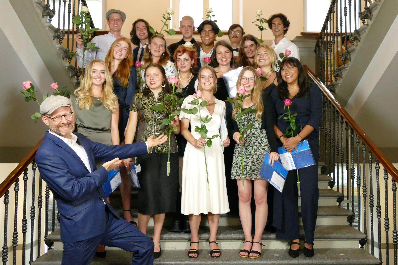 Kantonsschule Musegg Luzern: Klassenlehrer Lukas Bachmann feiert sichtlich stolz seine Klasse G4b, Bild: zVg.