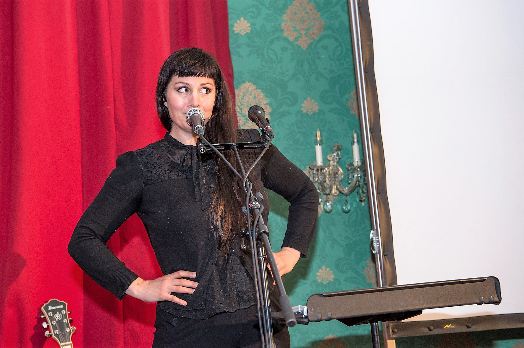 Die Luzerner Sängerin Heidi Happy singt an der Übergabefeier