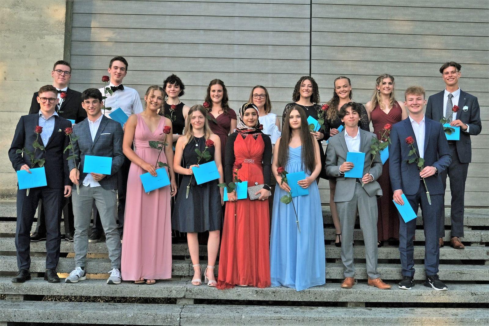 Glückliche Absolventinnen und Absolventen der Klasse 4b des Kurzzeitgymnasiums an der Kantonsschule Seetal. Bild: Philipp Büchi