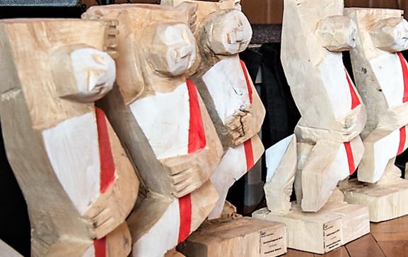 Die Holzskulpturen hat der Luzerner Künstler und Bildhauer Thomas Birve gestaltet.