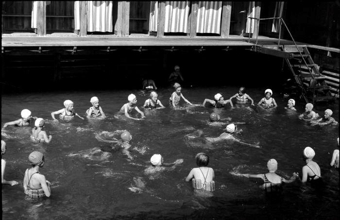 Schwimmunterricht im Seebad Nationalquai, 1943. Foto Lisa Meyerlist, Quelle Staatsarchiv Luzern
