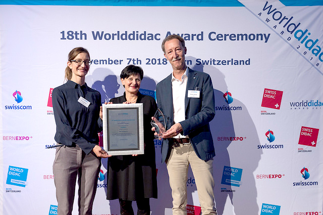 Ausgezeichnet mit dem Worlddidac Award 2018 für das Lehrmittel «Lesebox»: Josy Jurt (Mitte), Eva Biasio (links) und René Schär (rechts), Dozierende an der PHLU.