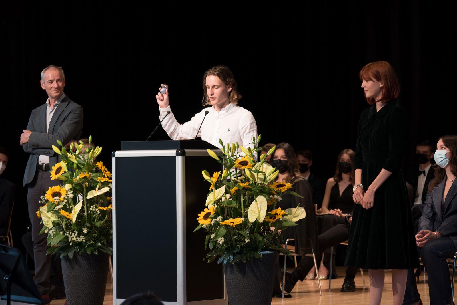 V.l.n.r.: Die Rednerin und die Redner an der Maturafeier an der Kantonsschule Alpenquai am 23. Juni 2021: Odilo Abgottspon, Chandra Tresch und Maja Arnold. Foto Markus Wild