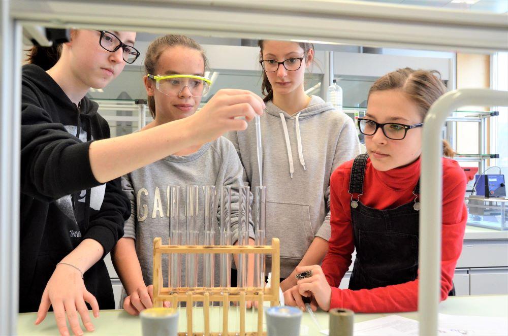 Experimentiertag im Labor. Bild: Kantonsschule Alpenquai/Benno Bühlmann