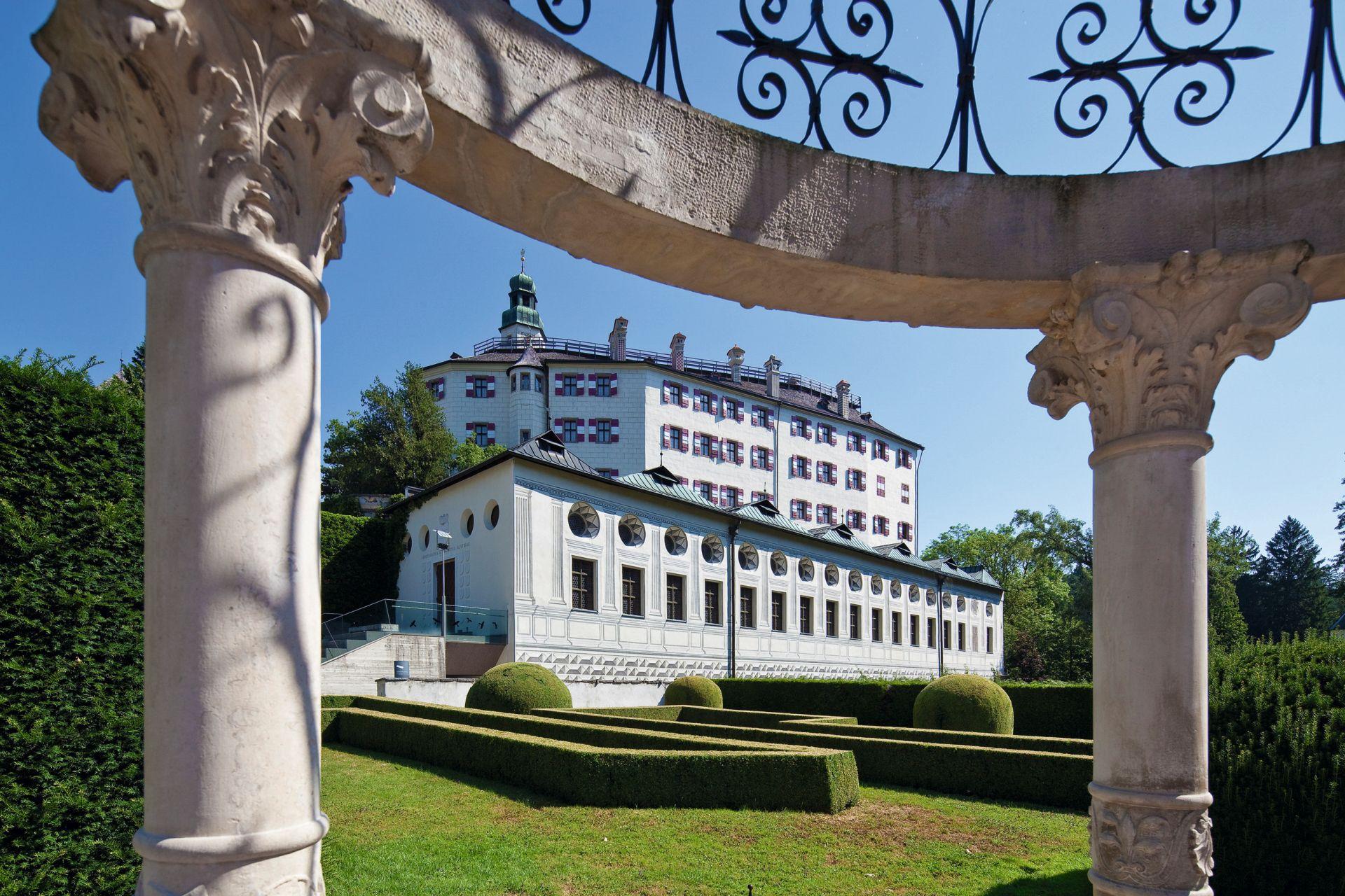 Auch das Schloss Ambras zählt zu den Musts eines Stadtrundgangs. (Foto: Innsbruck Tourismus/Christof Lackner)