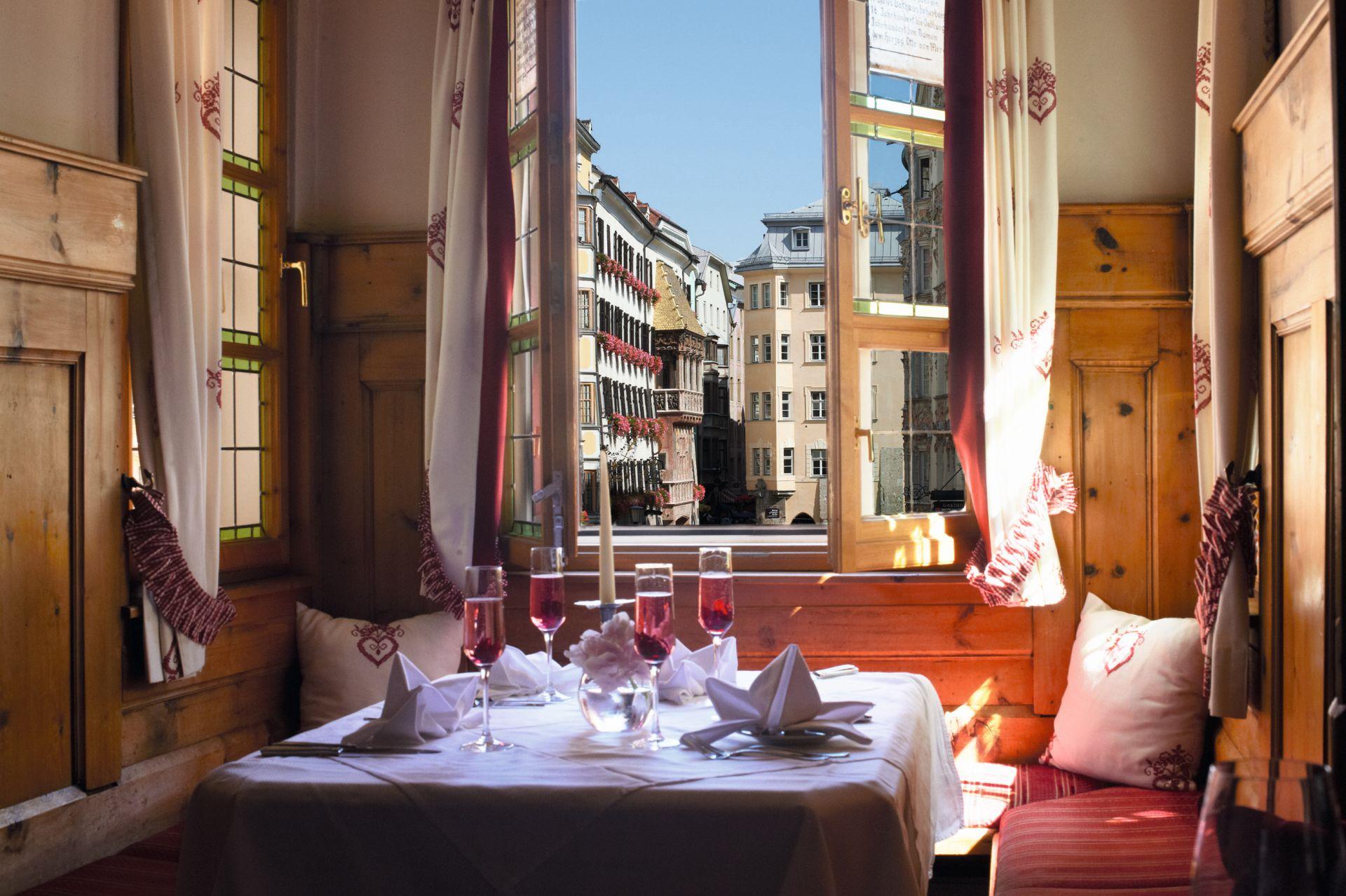 Mitten in der Altstadt befindet sich das Restaurant Ottoburg.  (Foto: Innsbruck Tourismus/Edi Groeger)