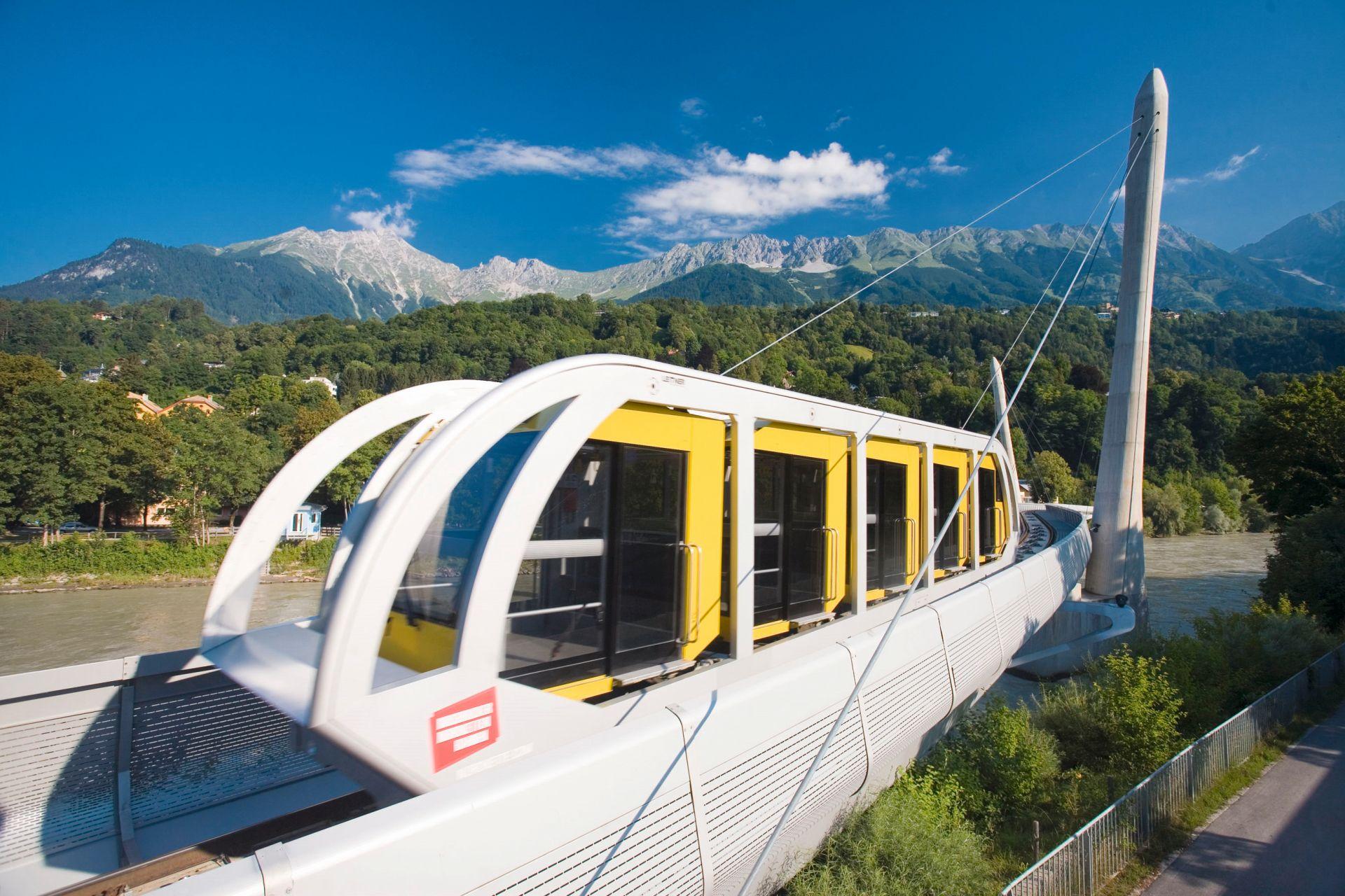 In der Stadt beginnt die Fahrt mit der Nordkettenbahn ... (Foto: Innsbruck Tourismus/Christof Lackner)