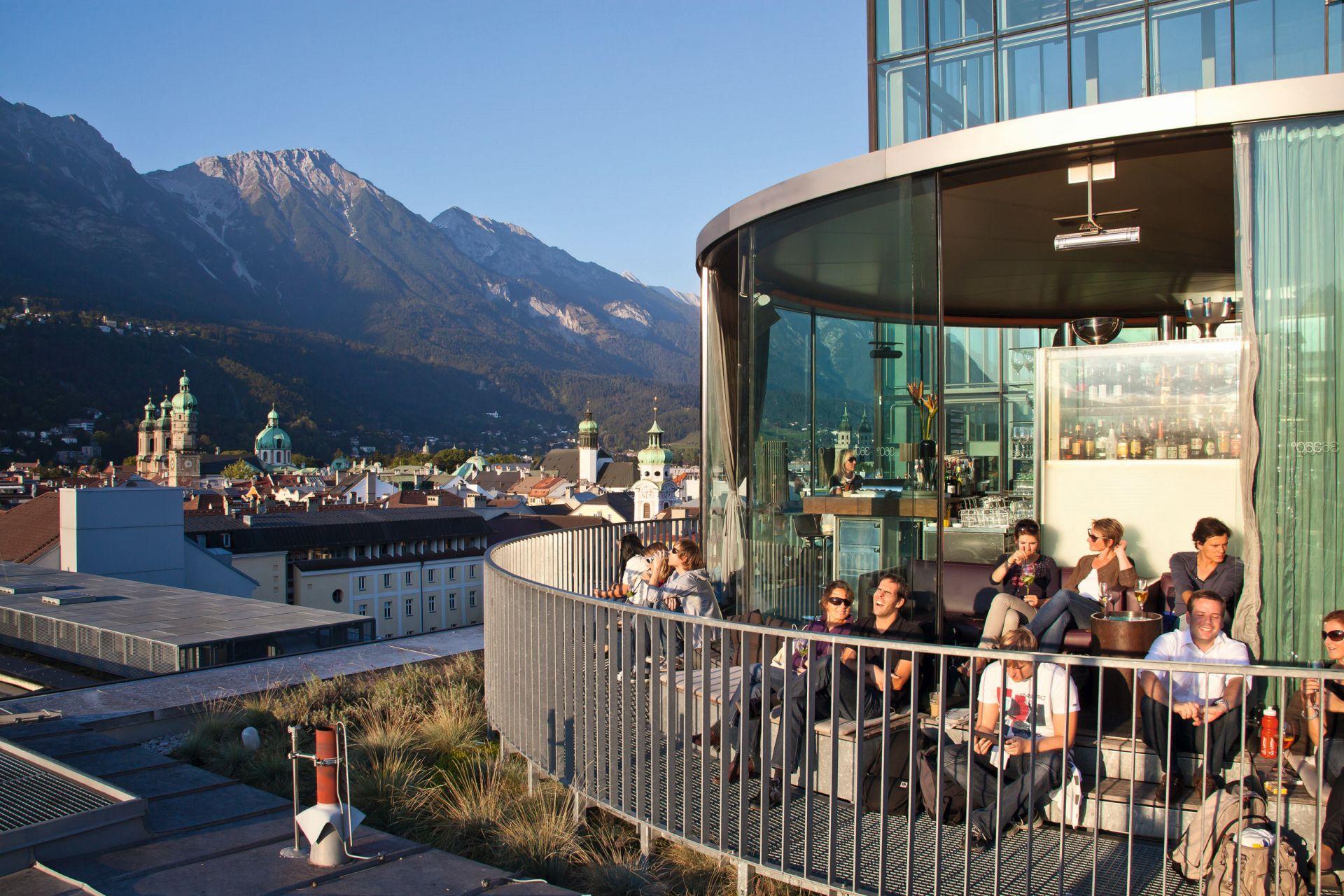 Vom Café Lichtblick aus hat man ein 360-Grad-Panorama auf die Stadt.  (Foto: Innsbruck Tourismus/Christof Lackner)