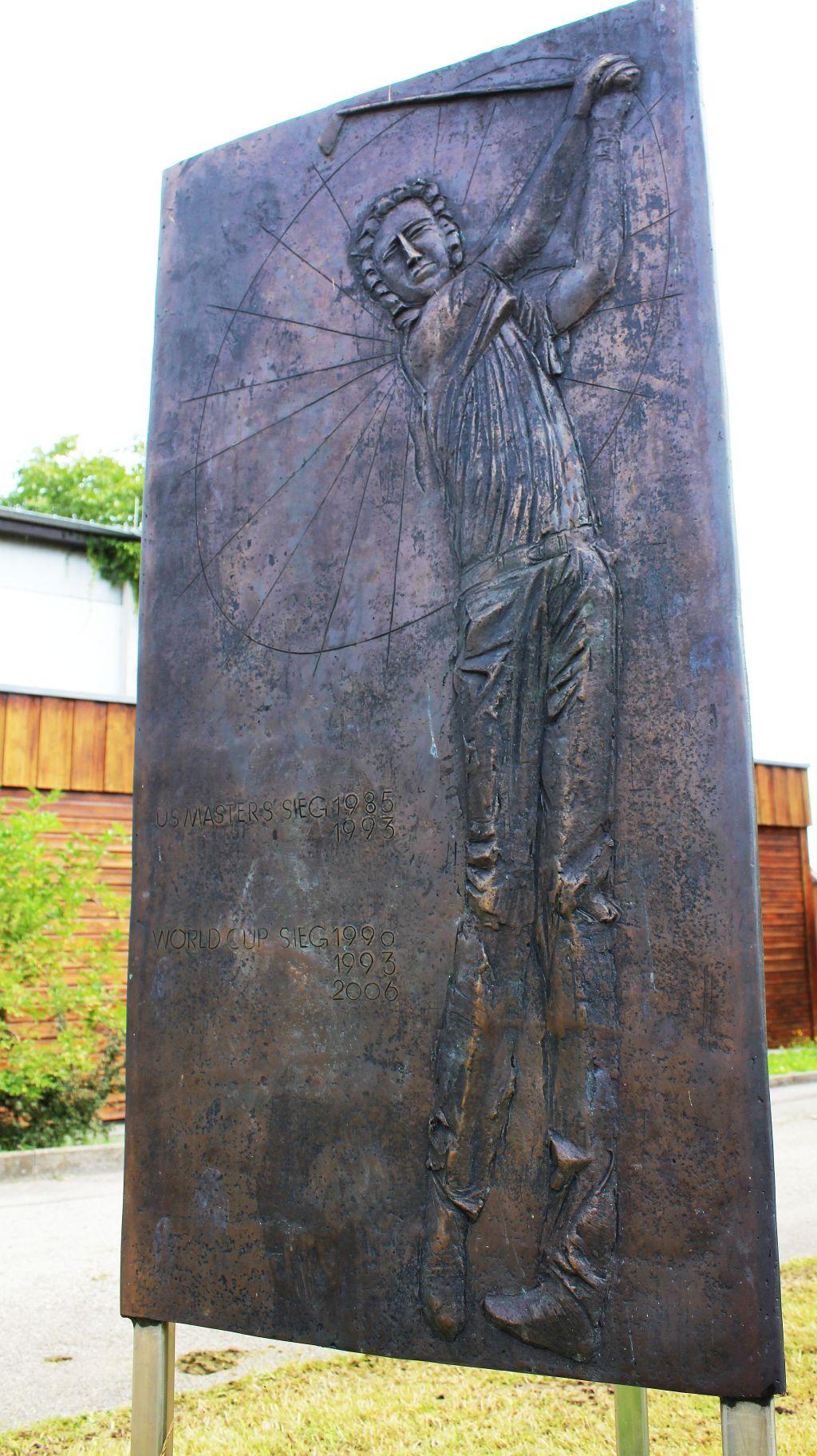 Die Stele zeigt auf drei Seiten die größten Erfolge Langers (c) Stephan Schöttl