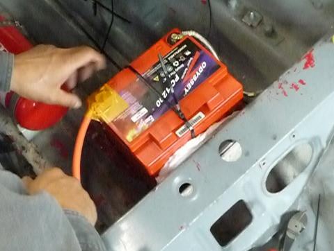 バッテリーが外れる〜応急処置するも・・・