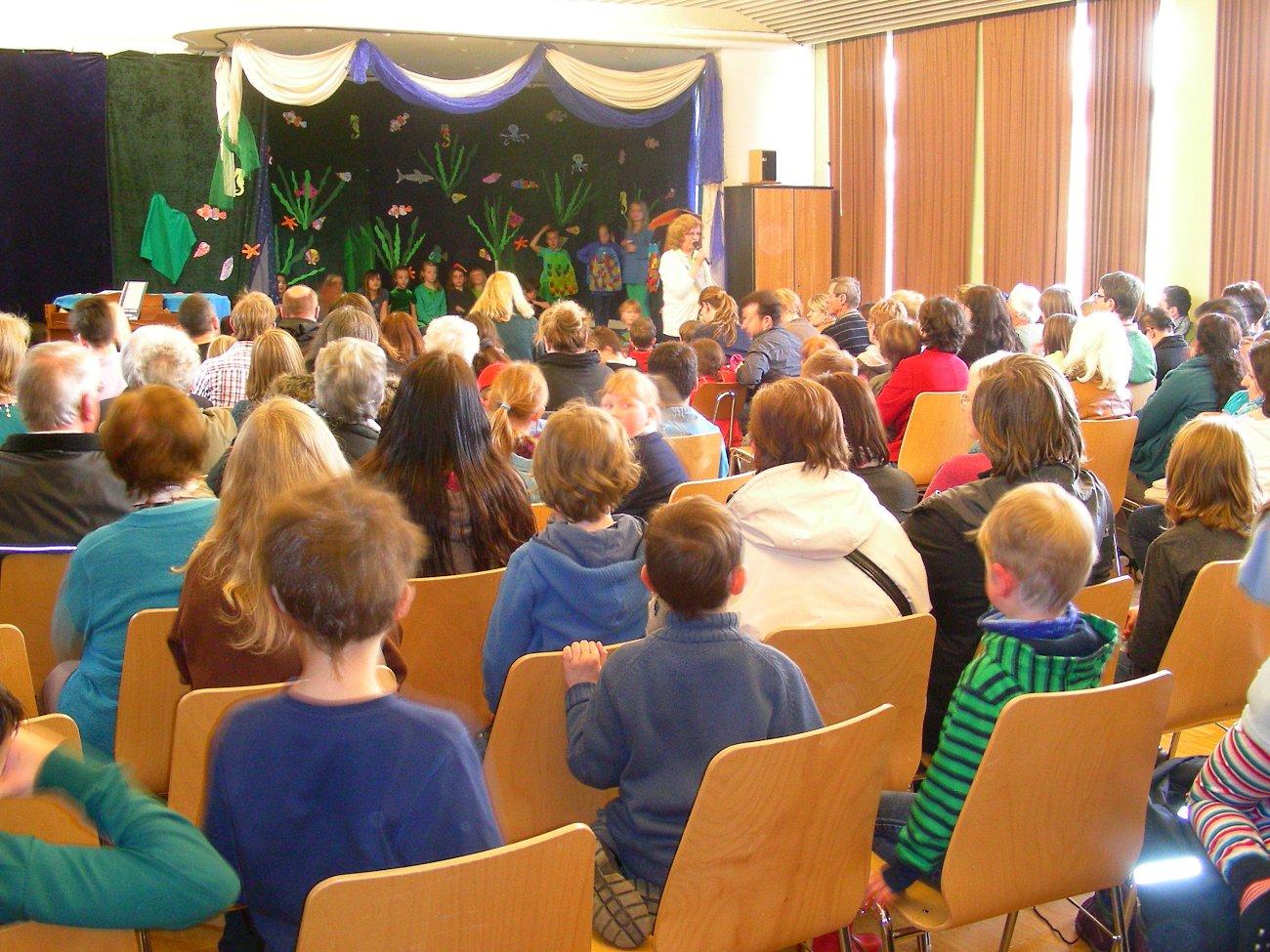 """Wir besuchen das Kinder-Musical """"Der Regenbogenfisch"""" 2014"""