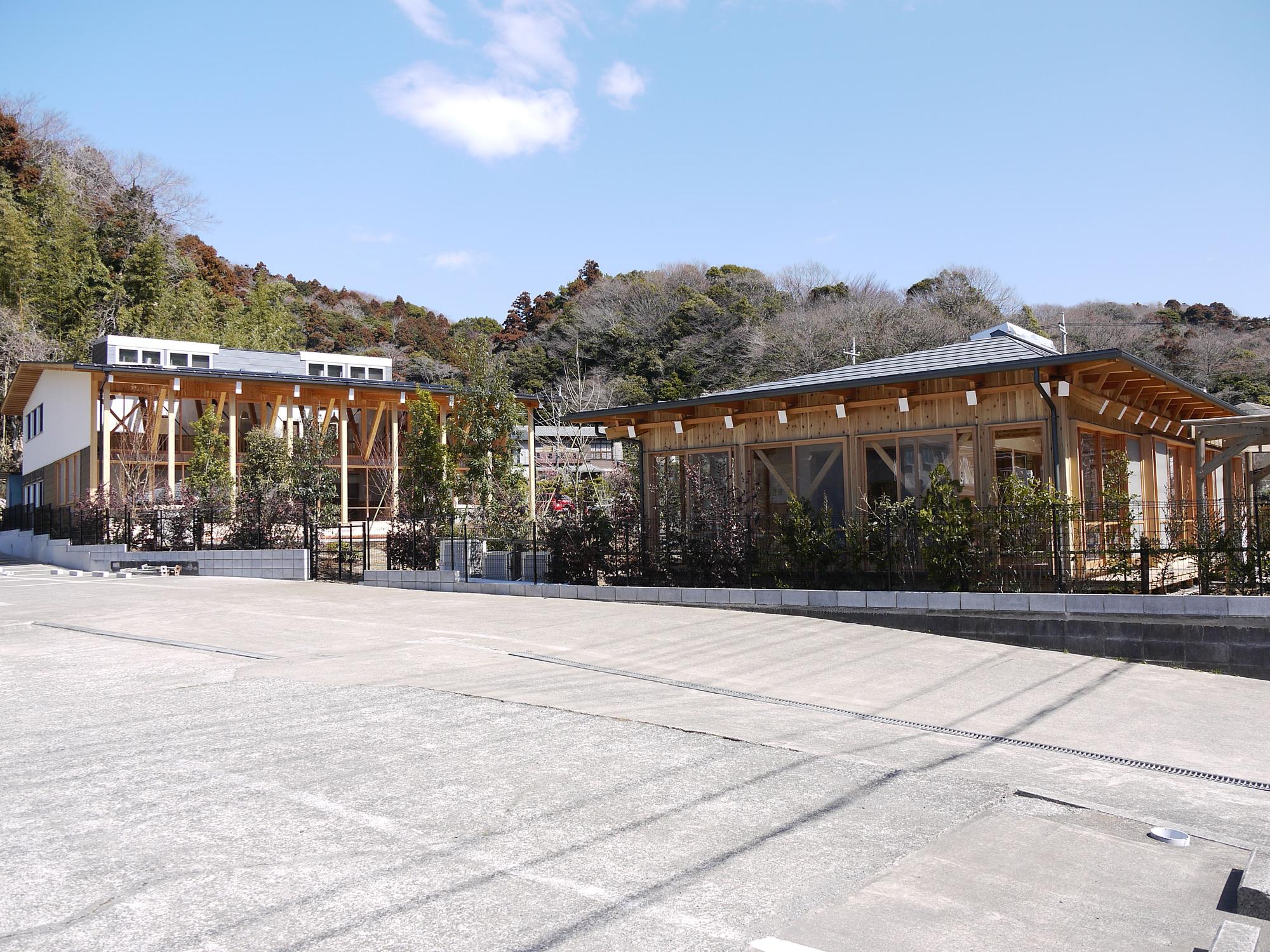 中庭をはさんで左が2階建ての幼児棟、右が平屋の乳児棟。