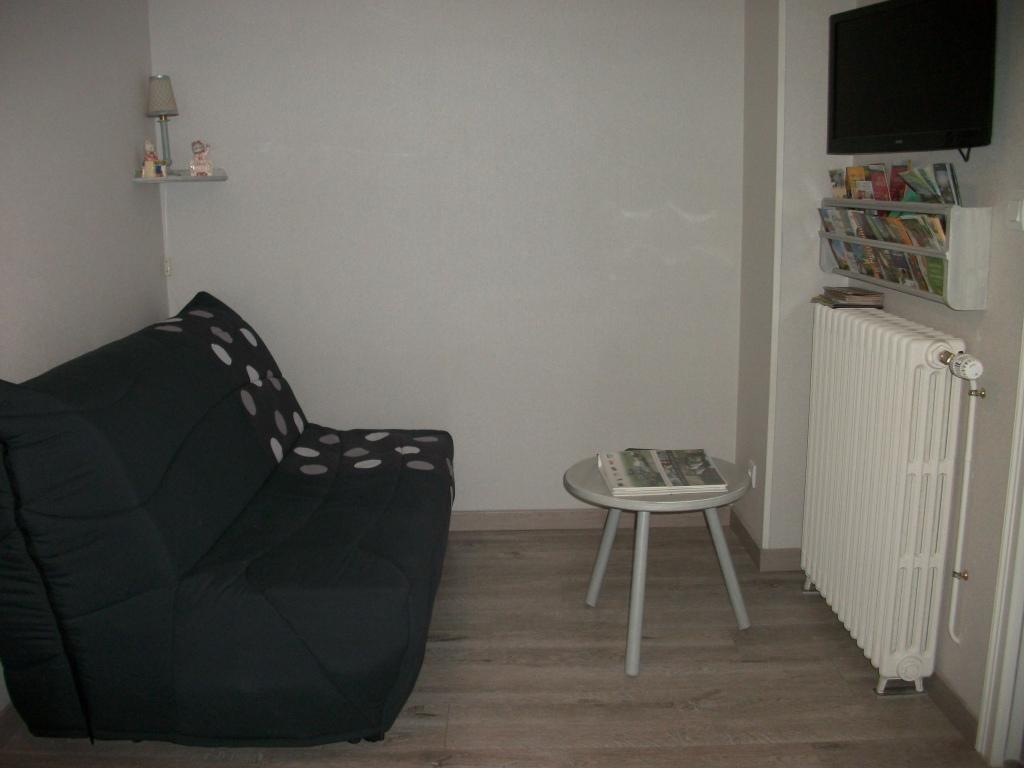 chambre 2 (coin salon avec T.V. couchage supl 2 pers)