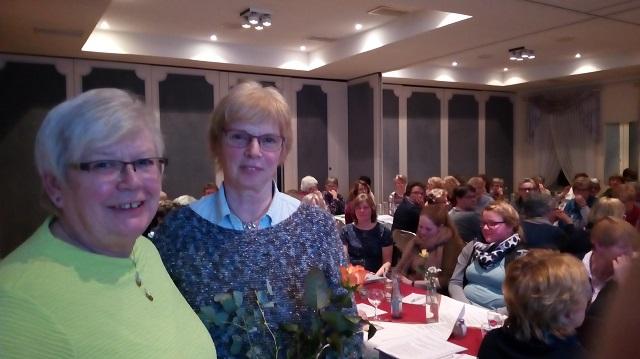 Beisitzerin Maren Hinrichsen wird von Telse Feldhusen verabschiedet