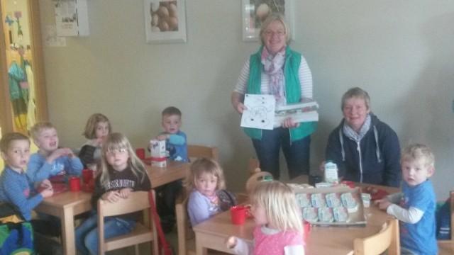 Christa Hinrichs vom LFV Hennstedt mit einem Teil der über 90 Kinder beim gesunden Frühstück