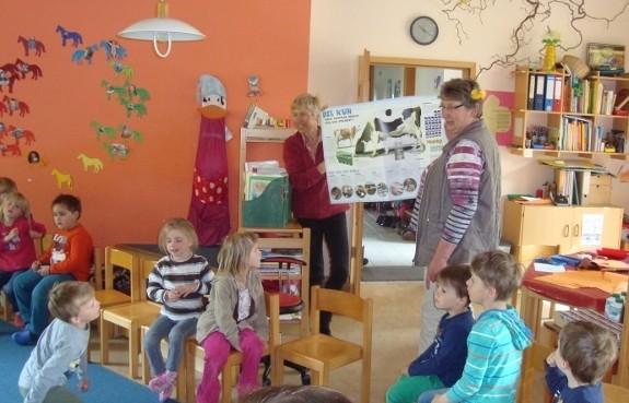 Maren Haase (re.)mit  der Leiterin des Kindergartens Woehrden, Veronika Bundel,