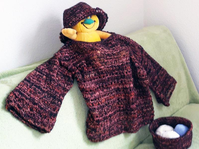 Mit dicken Nadeln und Fallmaschen wird dieser Pullover gestrickt. Passend dazu gibt es einen Hut. Für das nächste Projekt entsteht aus dem verbleibenden Garn ein Woll-Behältnis.