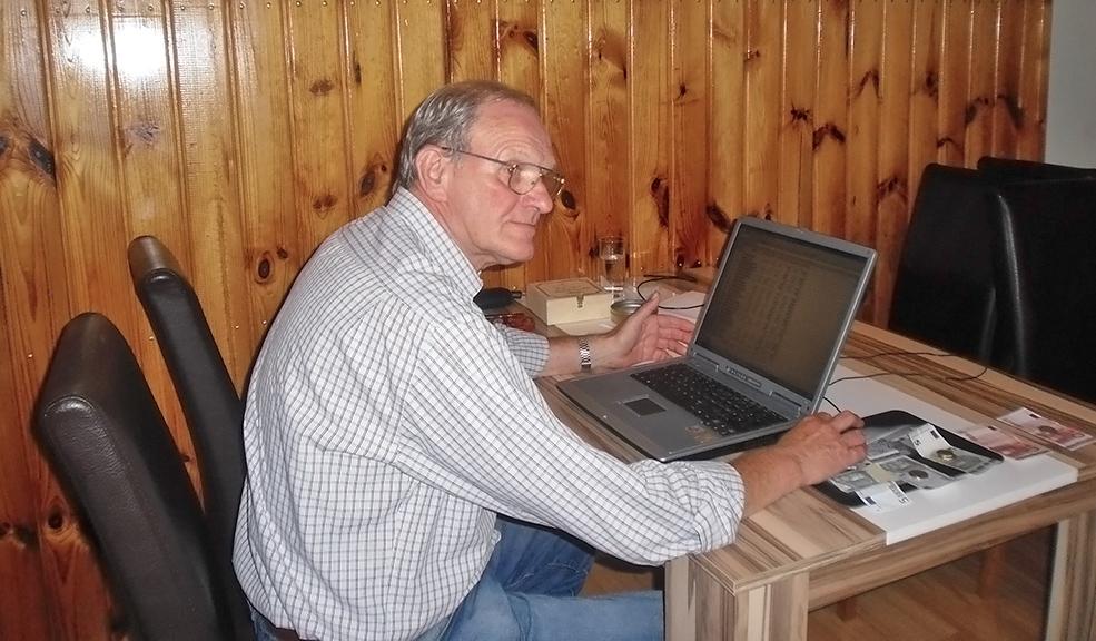Werner Habel nutzt die Rechentechnik zur Ermittlung der Sieger. Die Preise für die Besten des Tages liegen schon bereit.