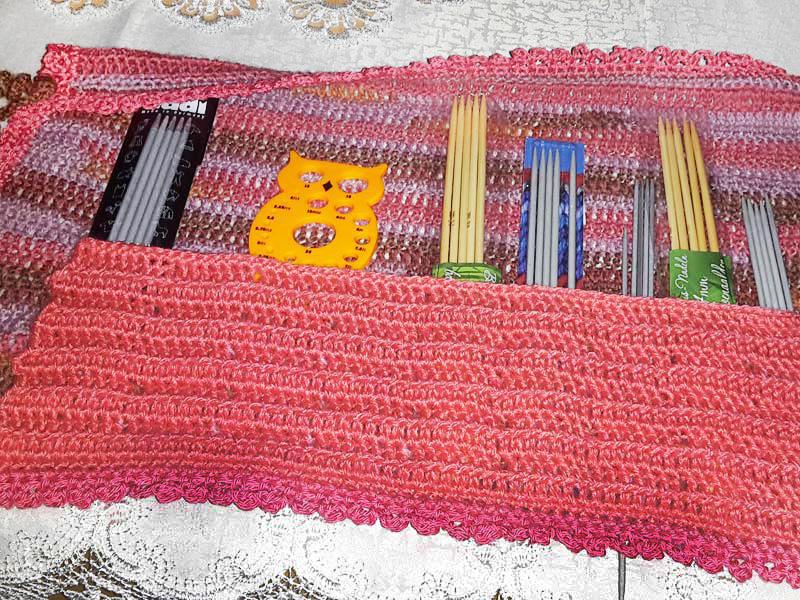 Aus Restgarnen kann schnell ein Sammler für die Nadeln und anderes Zubehör hergestellt werden.