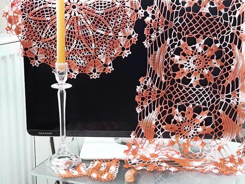 Aus einem Knäuel von 100 g Häkelgarn entsteht ein rechteckiges und ein rundes Deckchen sowie aus dem Rest zwei kleine Untersetzer und ein Schmetterling.