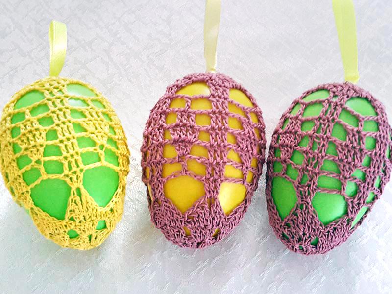 Für den Osterstrauß werden bunte Eier ummantelt.