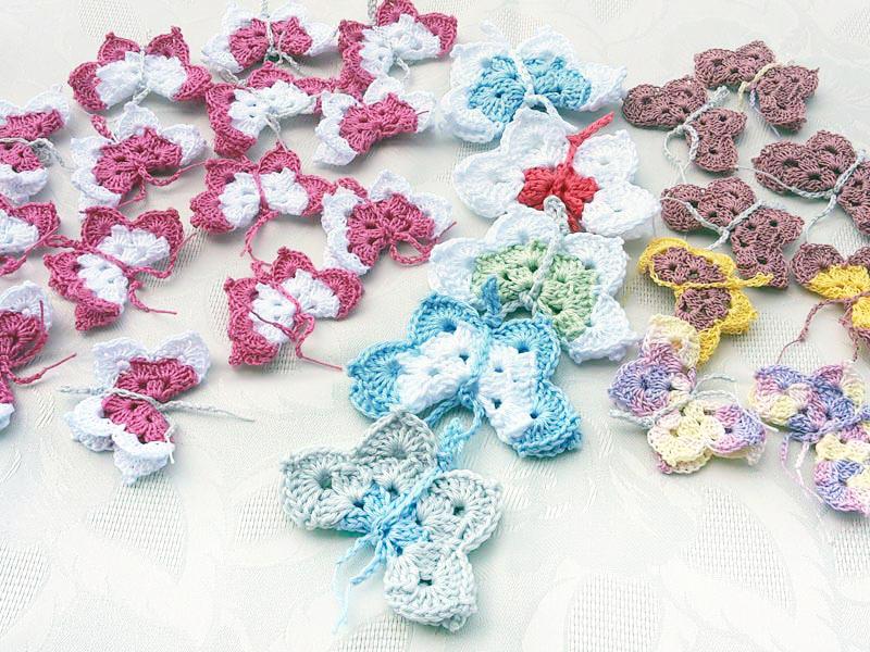 Aus Restgarn werden kleine Schmetterlinge gehäkelt. Angebunden an ein Geschenk symbolisieren sie die Leichtigkeit des Seins.