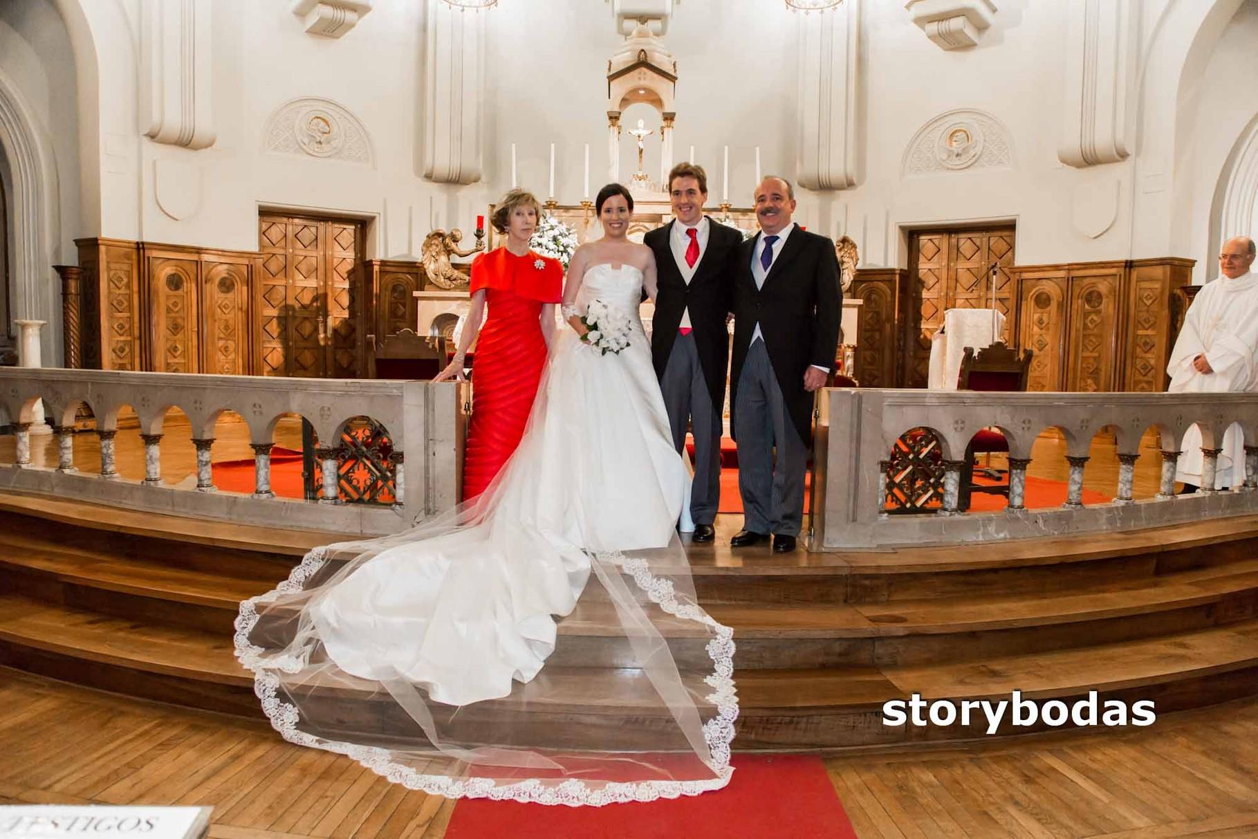 storybodas Foto de pose de los Padrinos y los Novios en la Iglesia