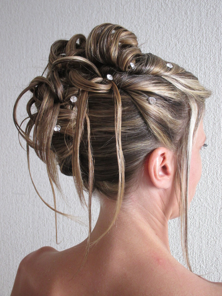 Un book de coiffures personalisées est à disposition pour aider à trouver \u0026quot; Le \u0026quot; chignon.