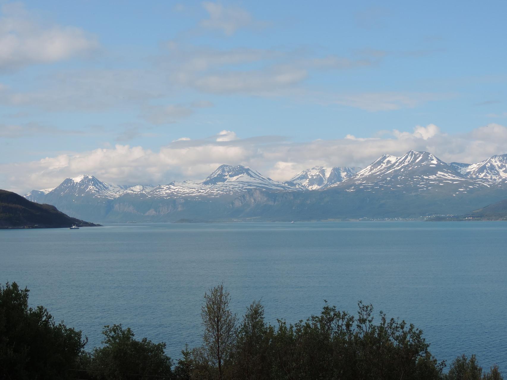 Auf der anderen Seite wunderschöne schneebedeckte Berge