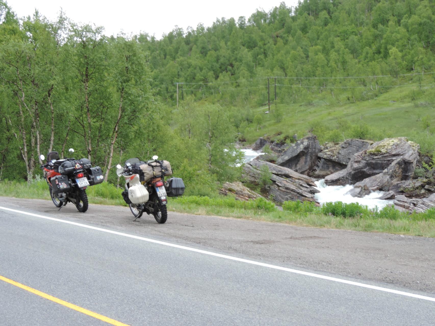 Kurzer Stop am reißenden Fluss