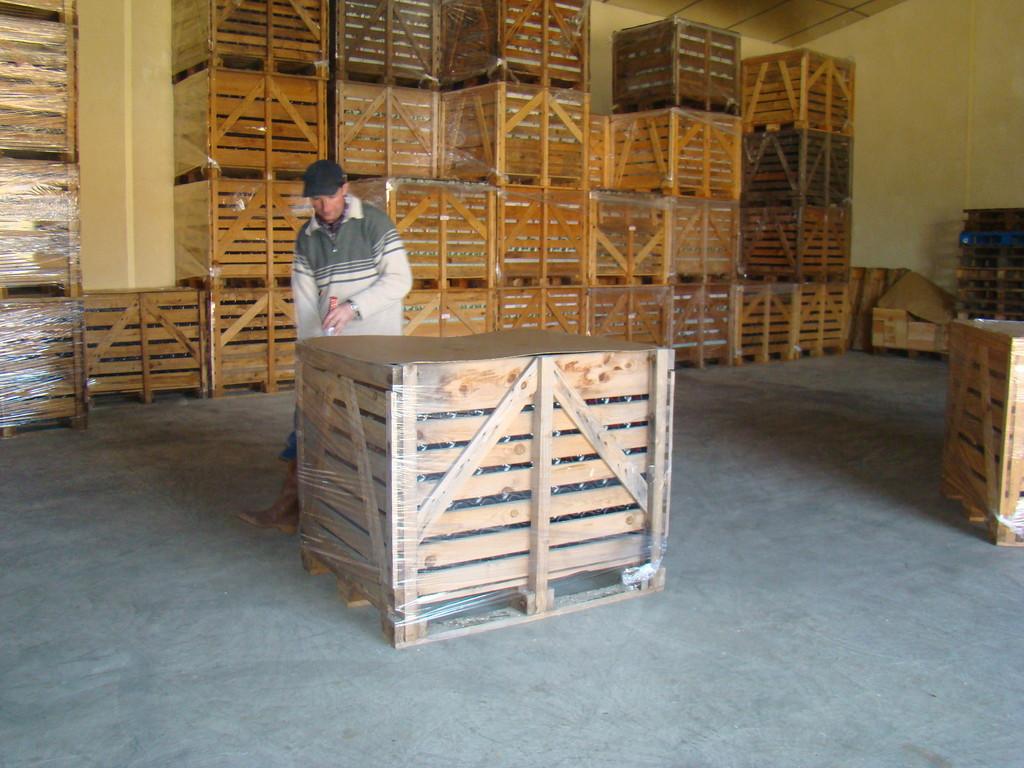 Le box est filmé pour être rangé dans le chai de garde.