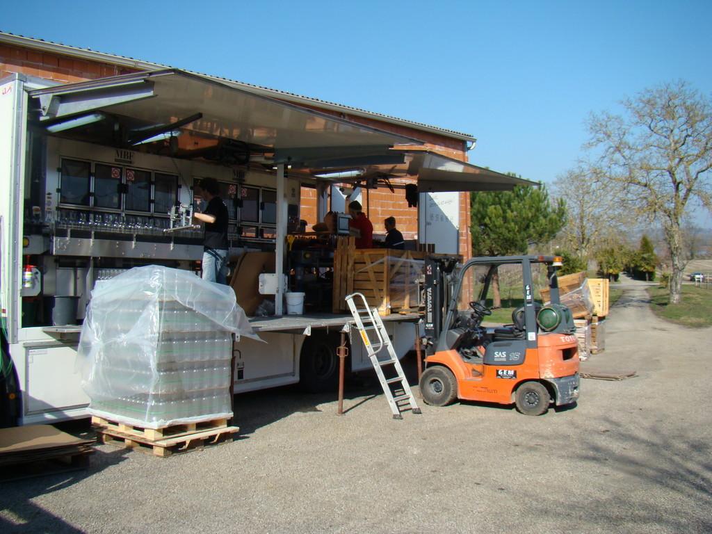 Ce travail s'effectue dans un camion spécialement aménagé