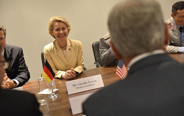 Ursula von der Leyen auf dem NATO-Gipfel in Wales 2014 (Public Domain via Wikimedia Commons)