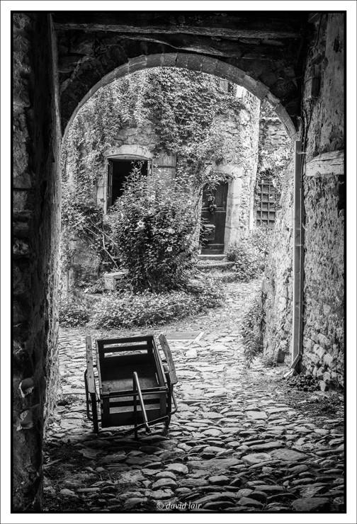 petite ruelle pittoresque en noir et blanc de la drôme avec un petit goût d'antan, Photo (c) David Lair
