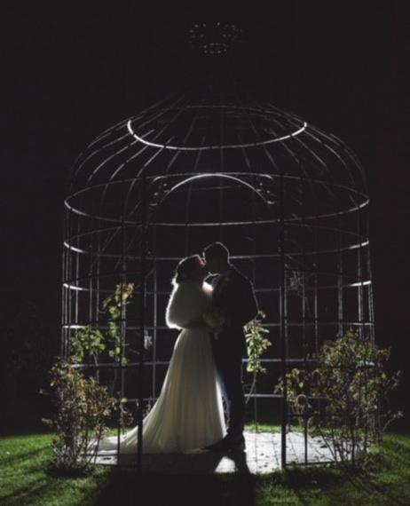 les mariés sous la gloriette la nuit