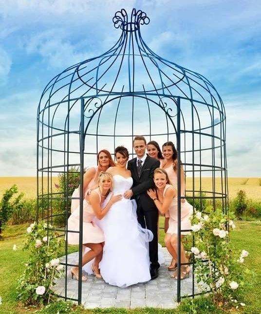 les mariés et leurs demoiselles d'honneur sous la gloriette