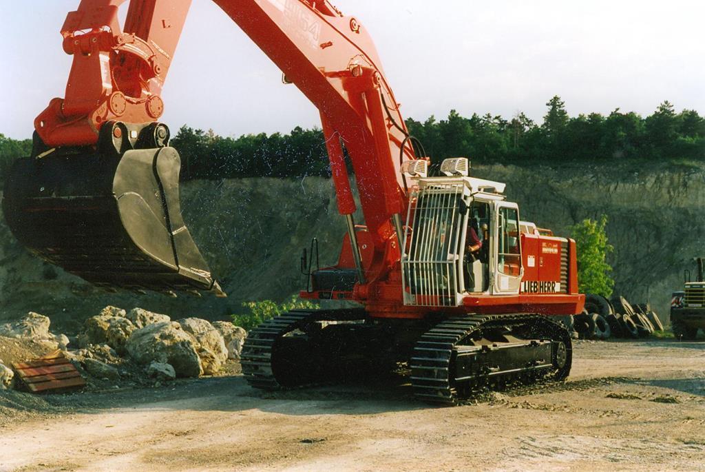 Großer roter Schaufelbagger in einem Steinbruch.
