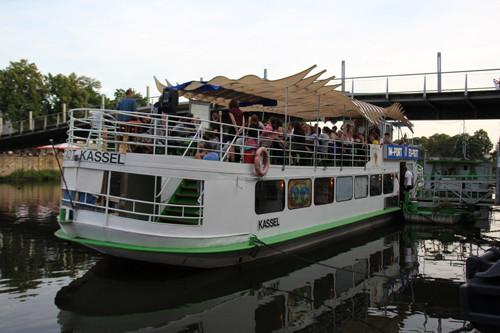Die Social Bar findet statt an Bord auf dem Import/Export Schiff, einem mobilen Vortragsraum.