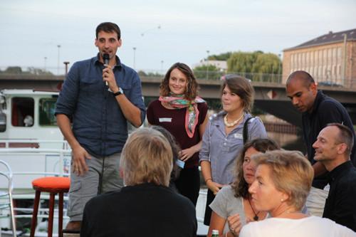 Philip Ebel, Elisa Steltner und Nadja Ruby eröffnen die Veranstaltung auf Deck
