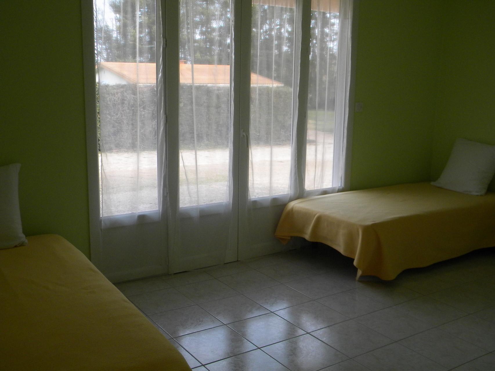 La petite chambre avec deux lits simples