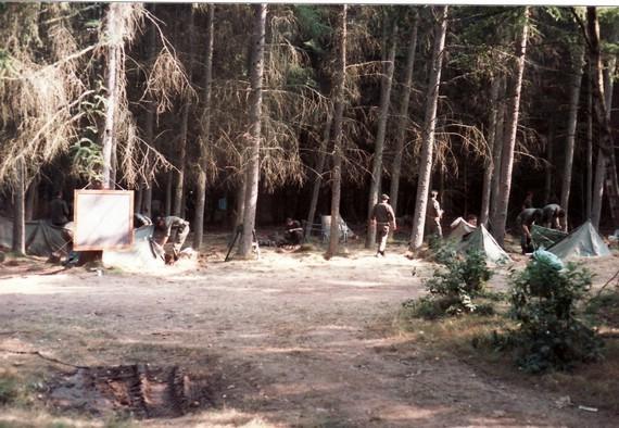 Hier sieht man das Bivuak im Hintergrund. Vor der Tafel am Baum wurde Unterricht erteilt.