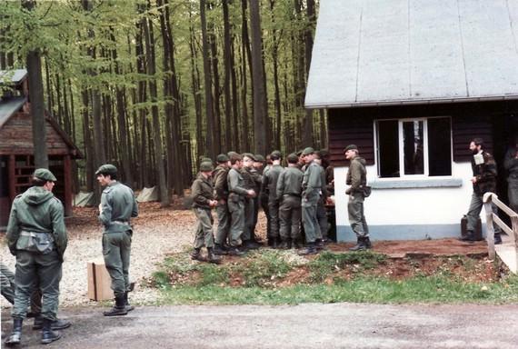 Alle stehen ums Bierfass, im Hintergrund unser letztes Zeltlager (Bivuak)