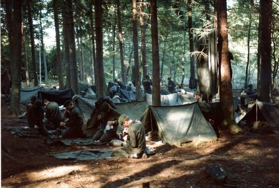 Waffenunterhalt vor den Zelten