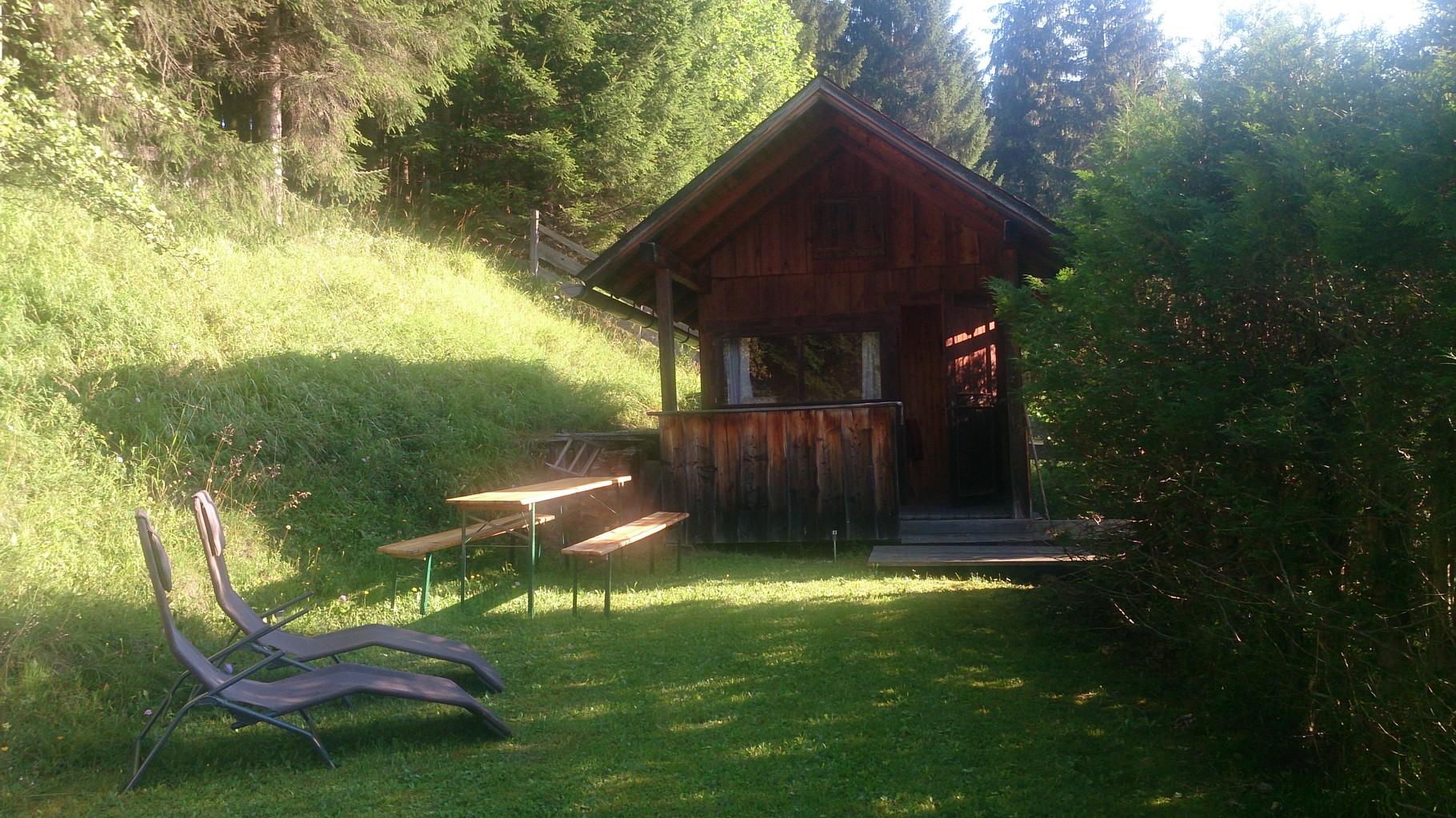 Liegewiese hinterm Haus mit Hütte