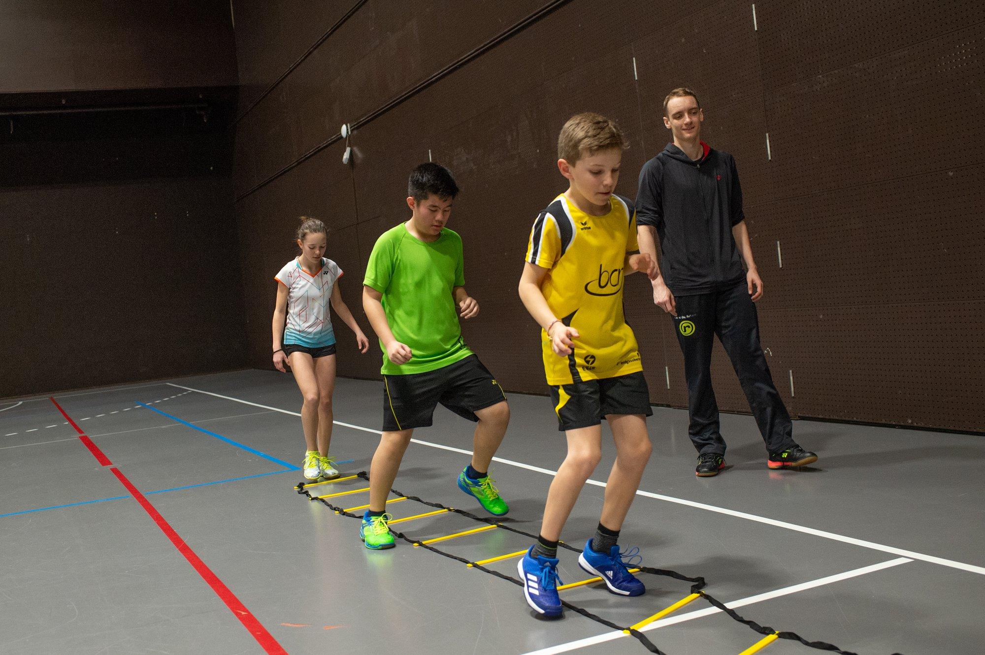 Steven beim Training mit der Koordinationsleiter...unter der Anleitung von Tobias Künzi (unter anderem Schweizermeister 2019 im Herreneinzel)