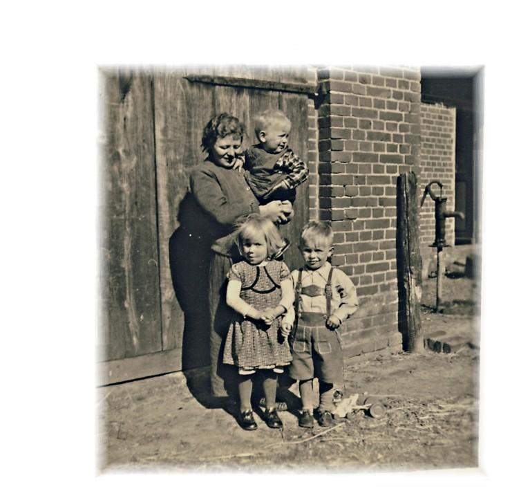 Mutter zeigt Heini, Ingrid und Hermann