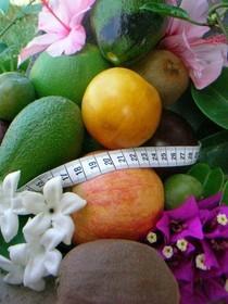 Bild: Mit Obst und Gemüse und ein Metermaß, als Symbol das Obst und Gemüse ideal ist um auf ein gesunde Körperform zu kommen .